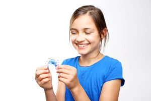 dziewczynka z ruchomym aparatem ortodontycznym